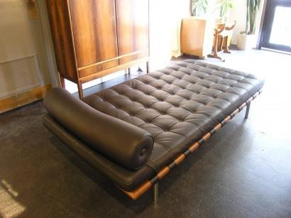 location daybed barcelona lit de jour lounge et design cuir noir sur lille paris belgique. Black Bedroom Furniture Sets. Home Design Ideas