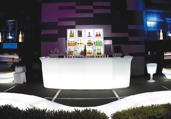 Location de mobilier lumineux jumbo bar slide sur - Barras de bar para salon ...