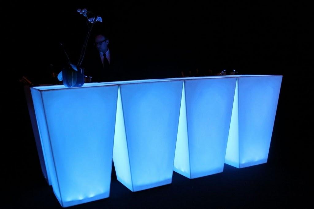 location de mobilier lumineux, mange debout konic slide,sur ... - Meuble Dj Design