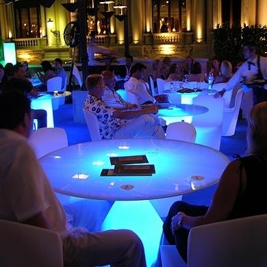 Location de mobilier lumineux table ed slide sur for Location mobilier salon